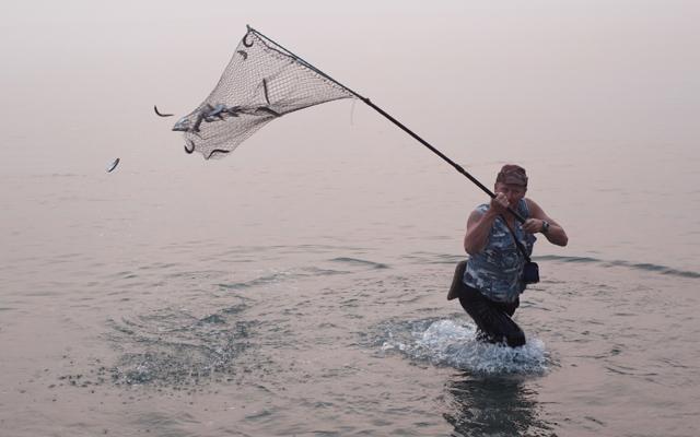 ловля рыбы на сачок
